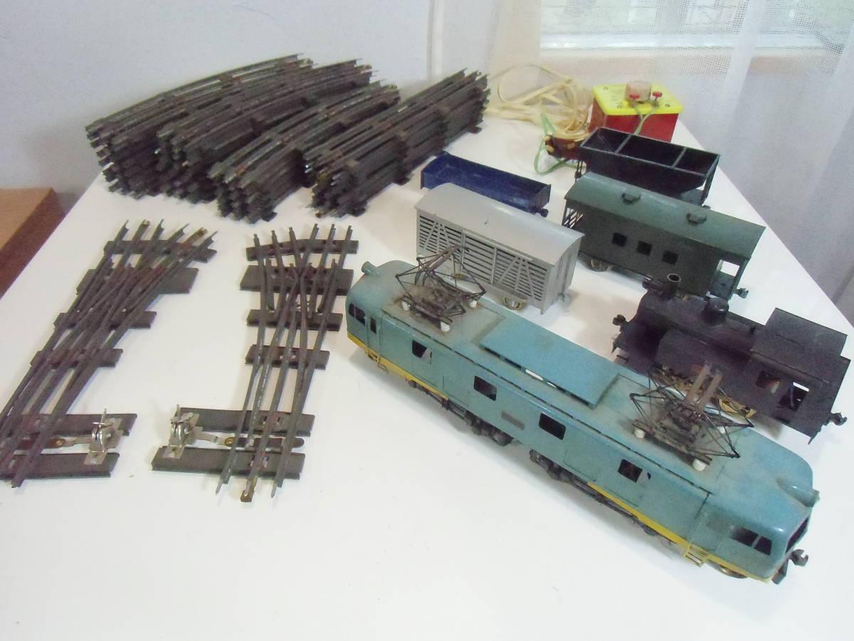 ◆ とっても古いOゲージ 車輌+トランス+線路セット: 1)機関車2両+貨車4両 2)左右ポイント+直線7+曲線22本 3)トランス 車輪良 動作未確認