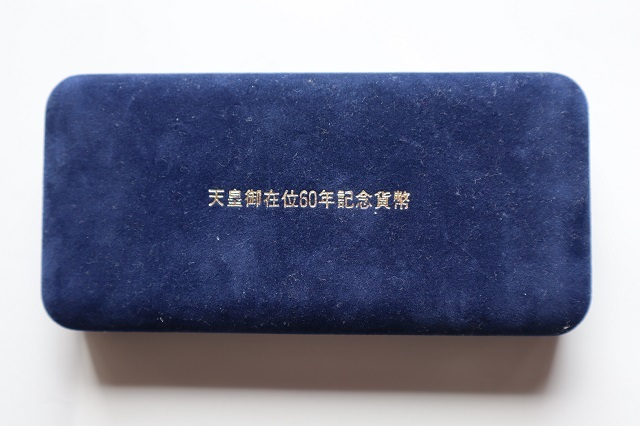 ☆天皇御在位60年記念貨幣セット 昭和61年 10万円金貨 1万円銀貨 500円硬貨 三枚セットケース入り 美品☆_画像3