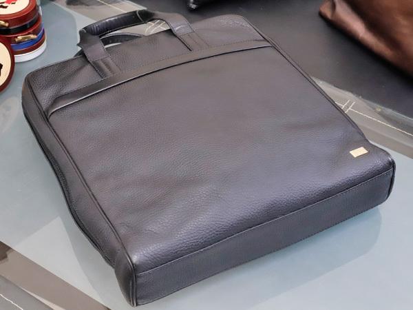 美品 ダンヒル DUNHILL 最高級シュリンクレザー縦型メンズ書類ビジネスバッグ 黒 ブラック ブリーフケース トートバッグ 本物 正規_画像3