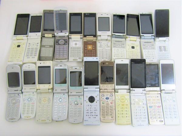 携帯電話 GPS いろいろ 63個おまとめ ガラケー au docomo Softbank まとめ売り 付属品 充電器 部品取り 現状品_画像2