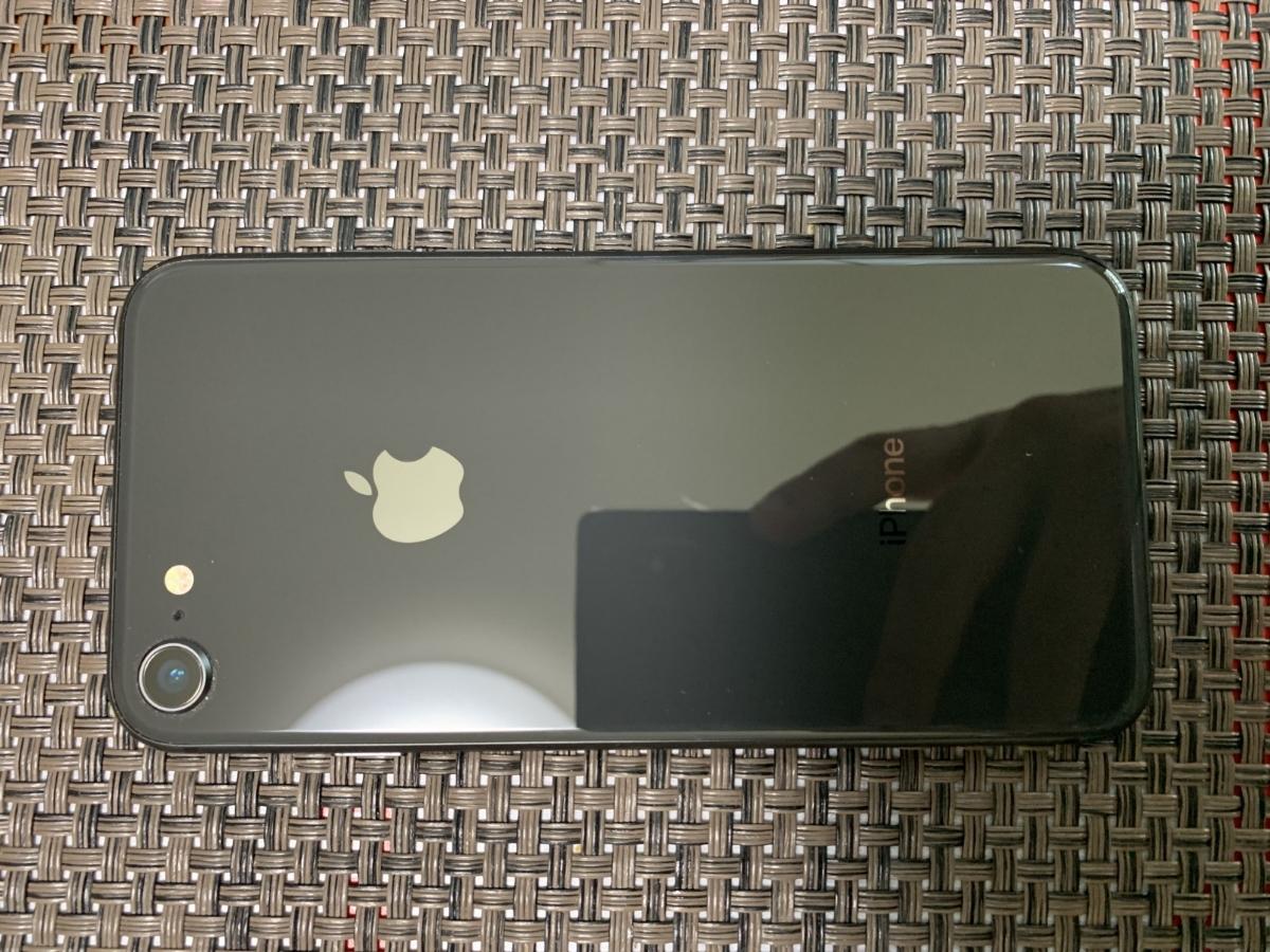 Simフリー iPhone8 64GB スペースグレイ Black ブラック 中古美品 バッテリー100%残 AU Simロック解除品_画像2