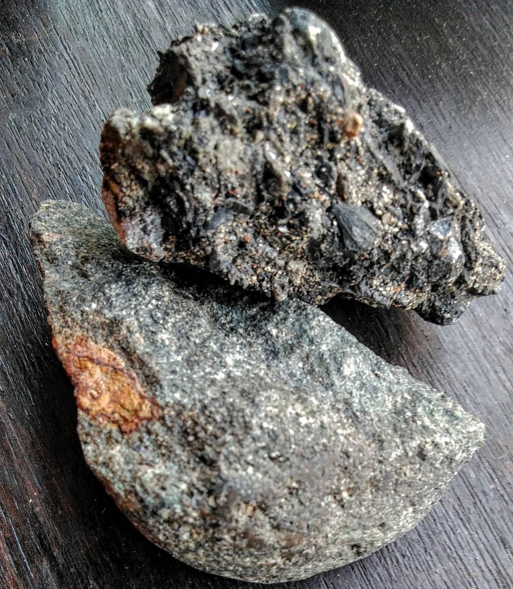 匿名クロネコ送料込み■マイストーンに■■東京落下★★掌サイズ・炭素質隕石マトリックス、石質隕石コンドライトの二種の隕石 合計約263g_画像1