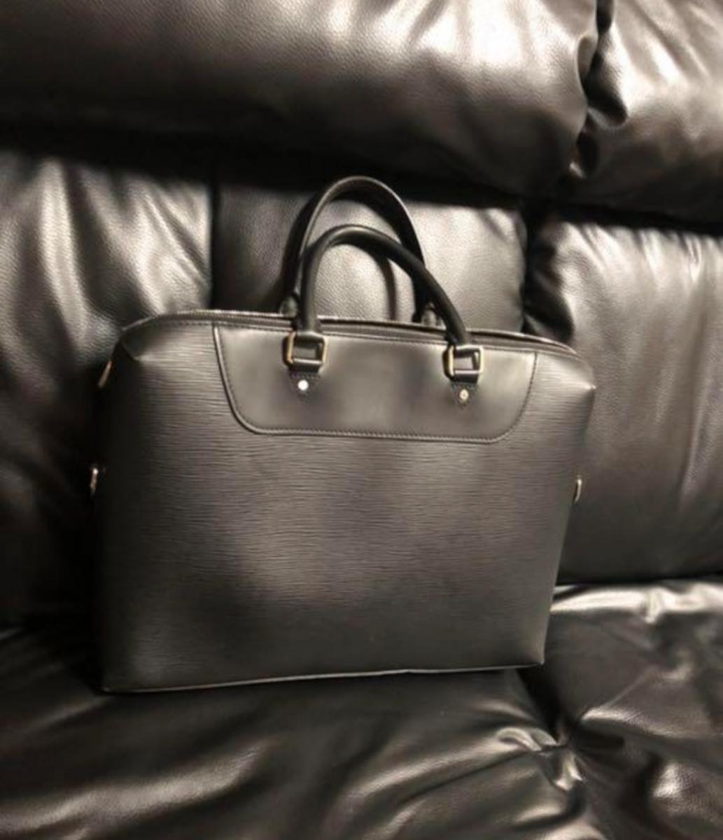 Louis Vuitton エピ ポルトドキュマン ヴォワヤージュ ノワール 極美品 定価288.360円 ルイヴィトン