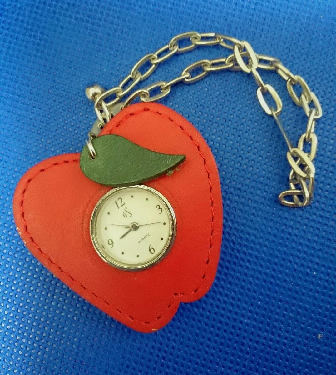 【かわいい♪】レザー風フレーム付き リンゴ アップル型 クォーツ式 ウォッチ付きチャーム キーホルダー 電池切れ 動作未確認 懐中時計_画像3