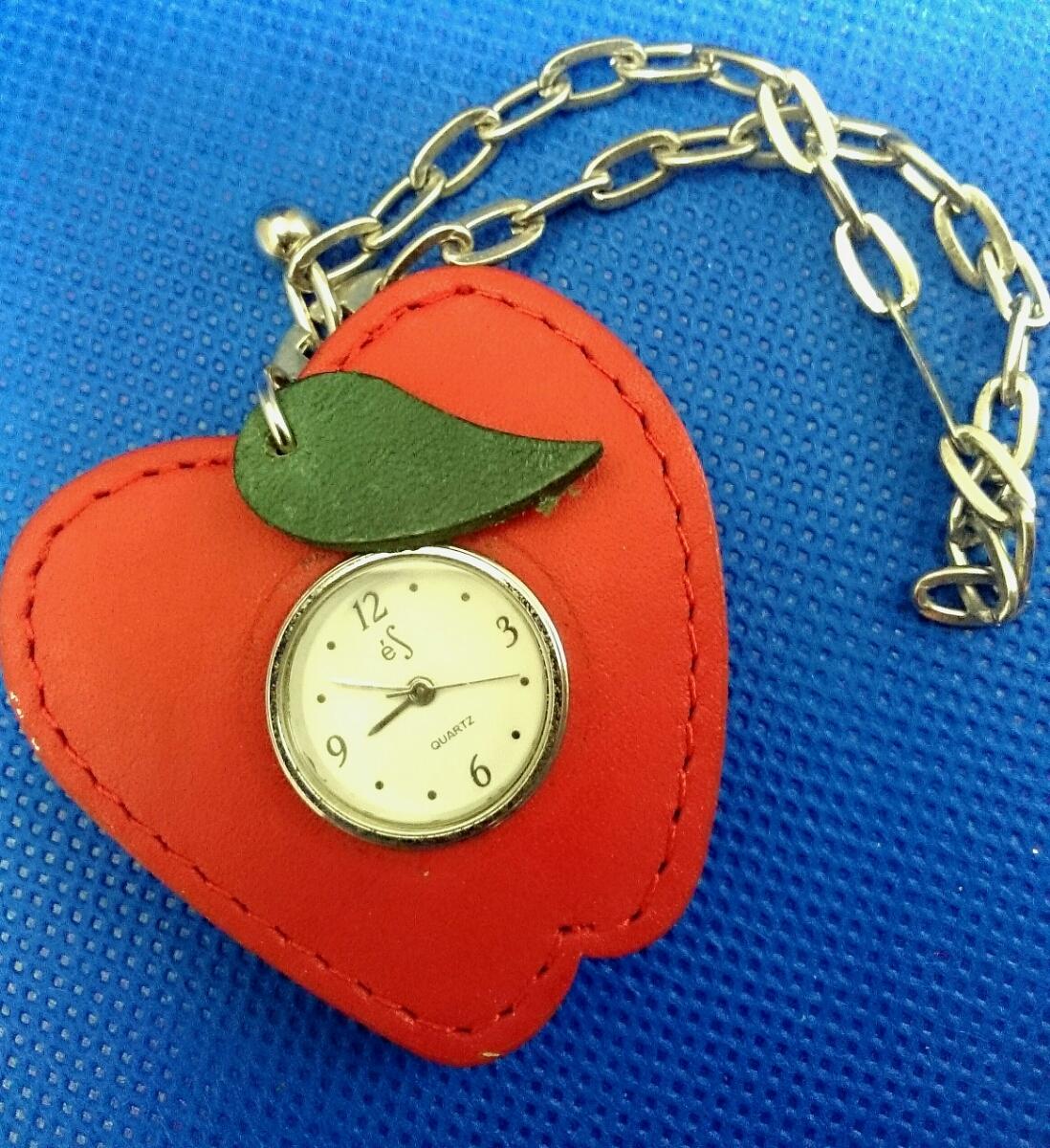 【かわいい♪】レザー風フレーム付き リンゴ アップル型 クォーツ式 ウォッチ付きチャーム キーホルダー 電池切れ 動作未確認 懐中時計_画像1