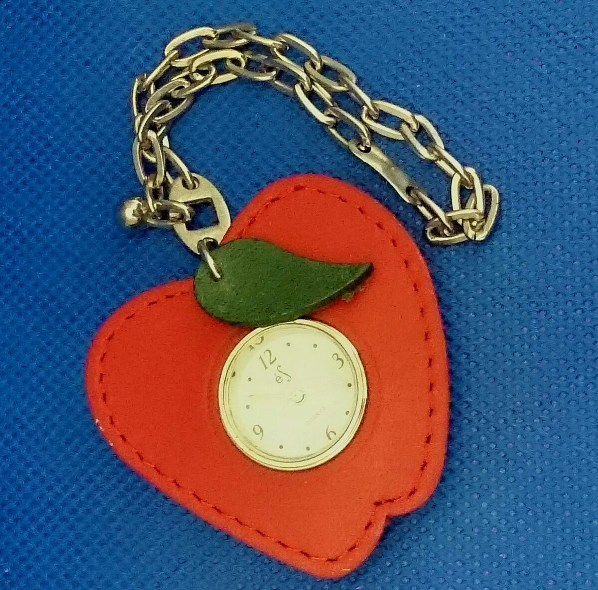 【かわいい♪】レザー風フレーム付き リンゴ アップル型 クォーツ式 ウォッチ付きチャーム キーホルダー 電池切れ 動作未確認 懐中時計_画像2