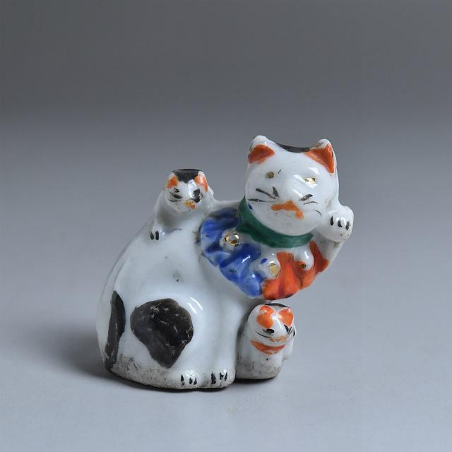 古い磁器人形 水滴 親子招き猫 3匹猫 その一