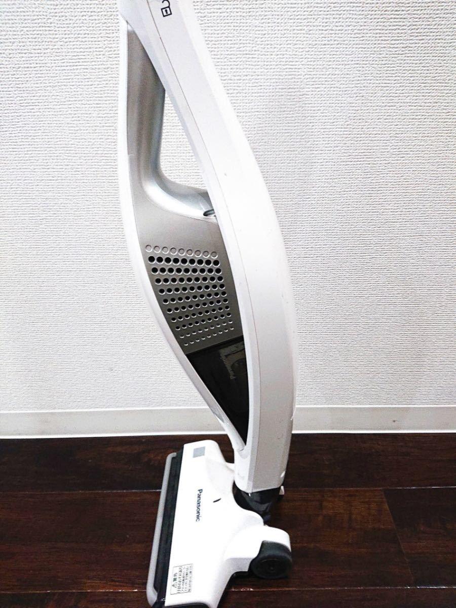 ∀ Panasonic パナソニック サイクロン式 コードレススティッククリーナー ハンディタイプ MC-BU1JE4-KW 充電式掃除機 白 2017年製_画像5