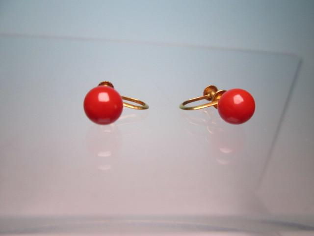 ☆菊地べっ甲店 K18 上質な赤珊瑚玉 7mmのイヤリング 1,77g 共ケース付_画像2