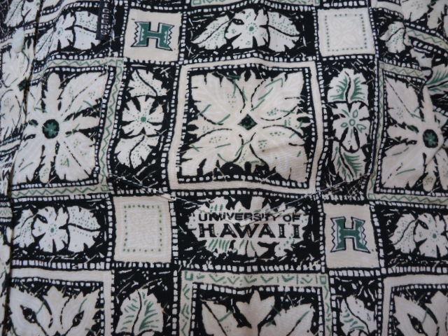 即決 ハワイ ハワイ大学 アロハシャツ 黒色 ロゴ・ハワイアンキルト・花・葉っぱ柄 子供 140-150_画像3