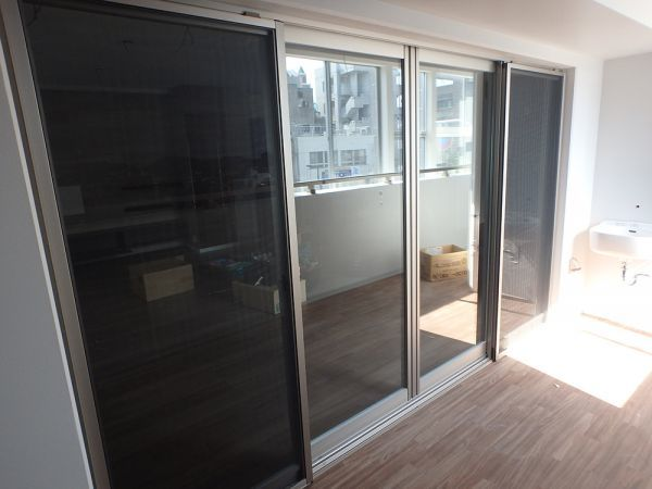 TNN19 展示品 YKK サッシ 窓 4枚 ベランダ 両サイド固定 ペアガラス 枠 金物 網戸付き W3230 H1930_画像2