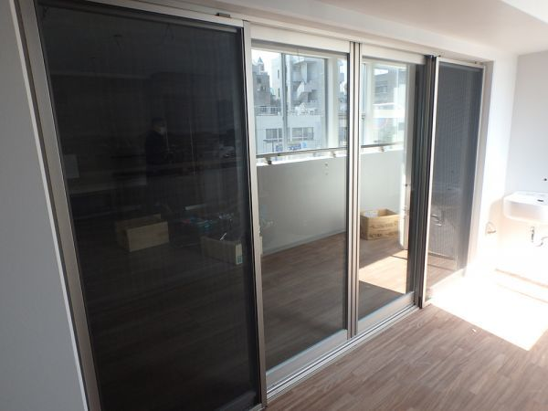 TNN19 展示品 YKK サッシ 窓 4枚 ベランダ 両サイド固定 ペアガラス 枠 金物 網戸付き W3230 H1930