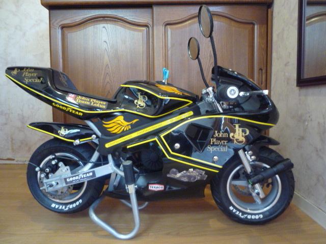 「電動 ポケットバイク JPS john player special 風 カスタマイズ仕様 前輪にフラッシュライト・後方にテールライト ロゴ入りヘルメット付」の画像2