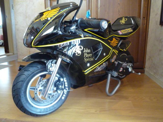 「電動 ポケットバイク JPS john player special 風 カスタマイズ仕様 前輪にフラッシュライト・後方にテールライト ロゴ入りヘルメット付」の画像3