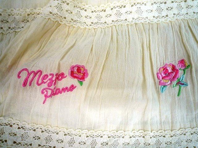 mezzo piano メゾピアノ 美品 半袖 ワンピース バラ ロゴ刺繍 レース フリル キナリ色 サイズ 130_バラとロゴの刺繍