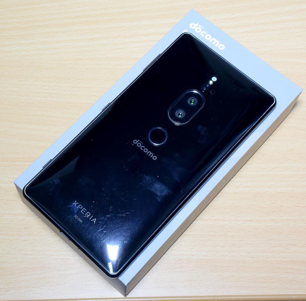 DOCOMO Xperia XZ2 Premium SO-04K (黒) (保護シート、SONY純正ワイヤレス充電器付)_画像3