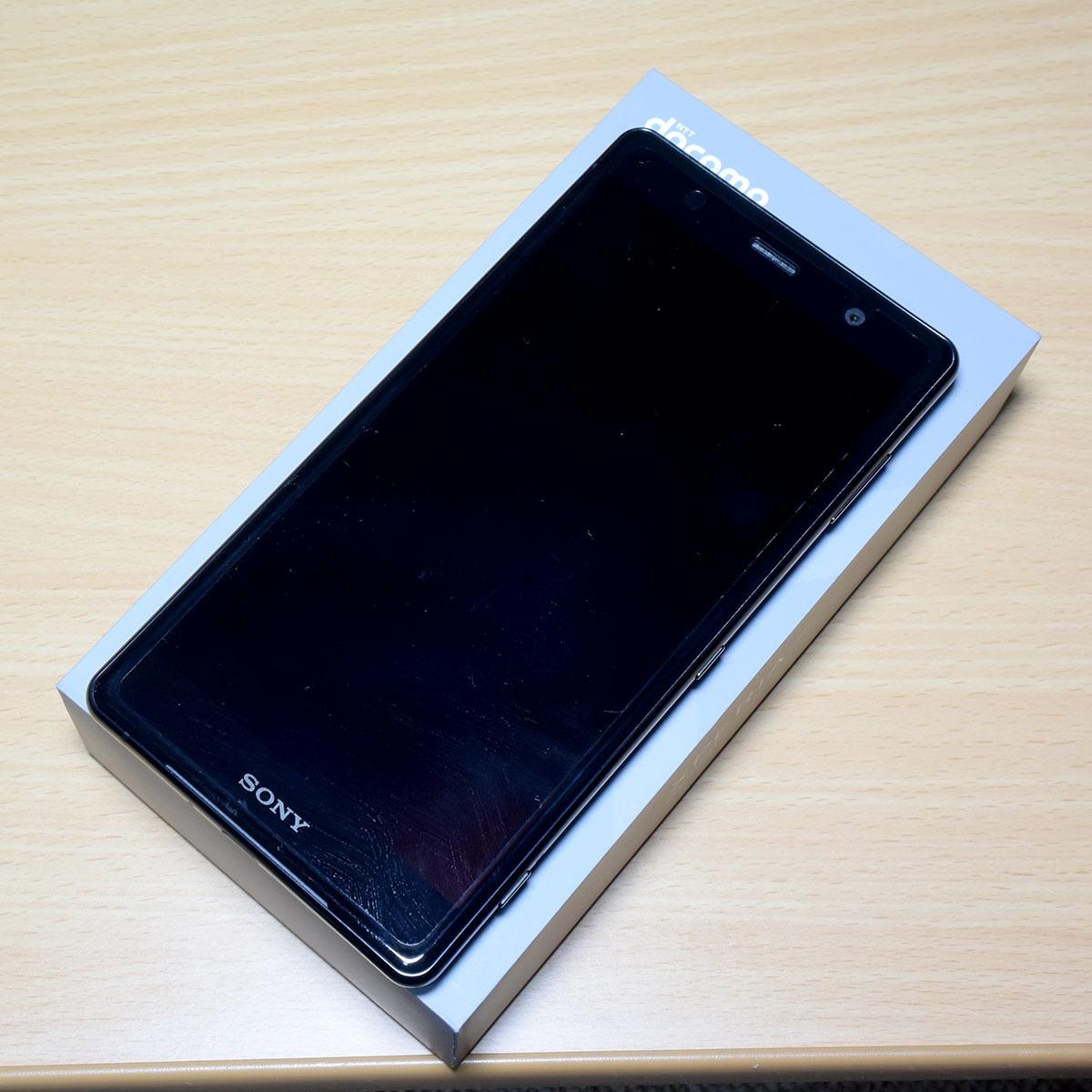 DOCOMO Xperia XZ2 Premium SO-04K (黒) (保護シート、SONY純正ワイヤレス充電器付)_画像2