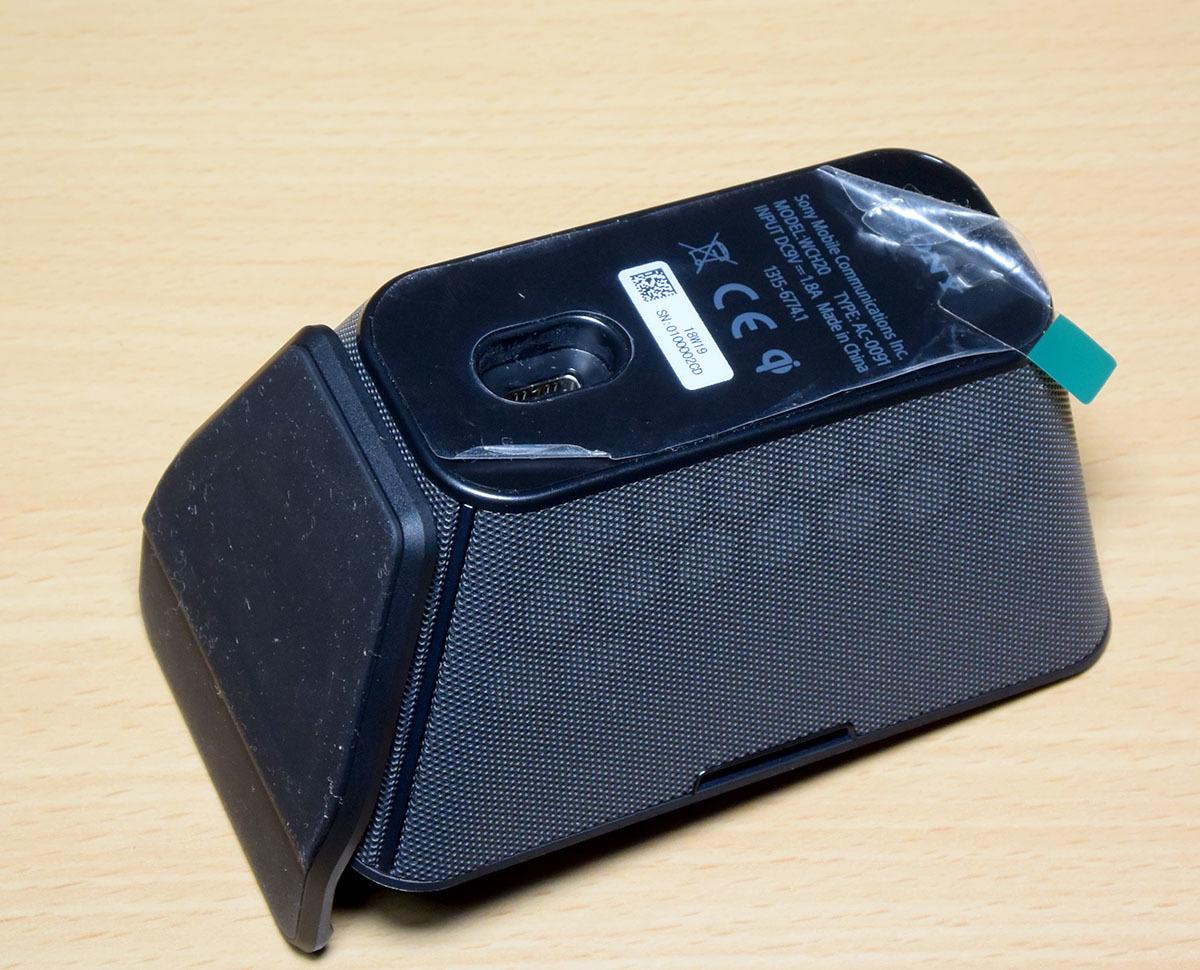 DOCOMO Xperia XZ2 Premium SO-04K (黒) (保護シート、SONY純正ワイヤレス充電器付)_画像9