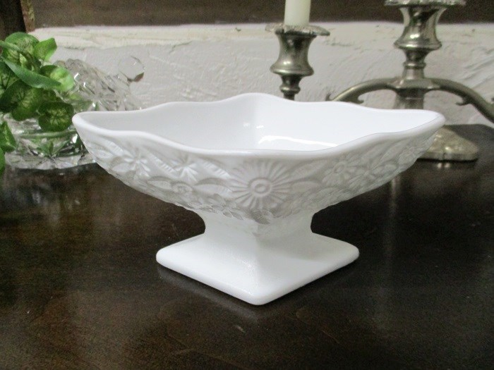 1765e ◆ミルクガラス*デザートグラス*デザートボウル*小物入れ*置物*飾り*イギリス*英国*キッチン雑貨