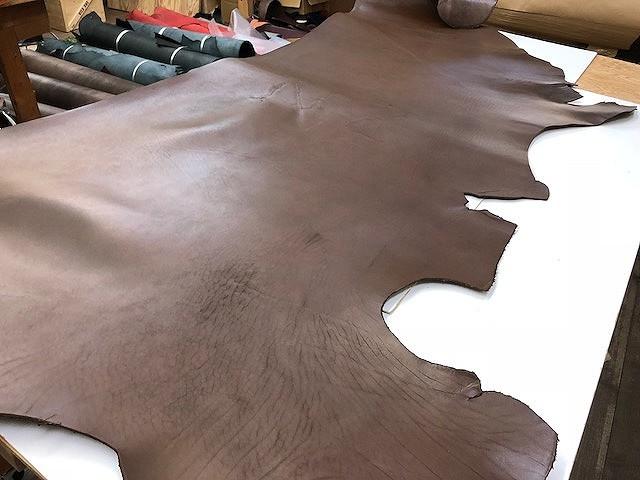 ◆約4mm厚◆ 北米産ステア ヌメ革 チョコブラウン顔料 241ds/レザークラフト/牛革/ヌメ革/タンニンなめし/ハギレ/はぎれ_画像2