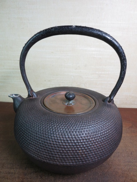 【大吉】  栗原造 提手銀象嵌 口に銀 銅蓋 霰鉄瓶  063_画像3