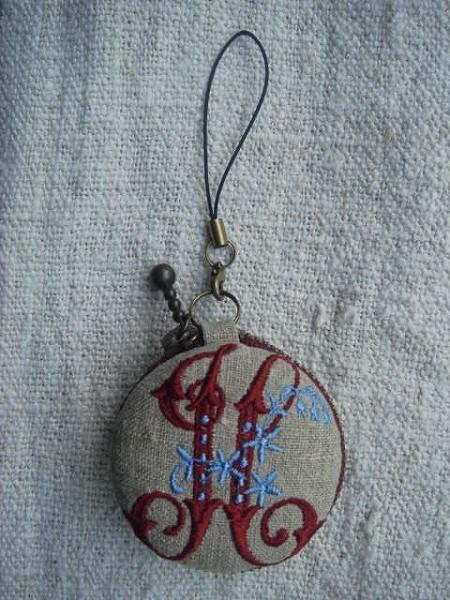 鍵とイニシャル H 刺繍 マカロン5cm コイン&アクセサリーケース ハンドメイド_画像2