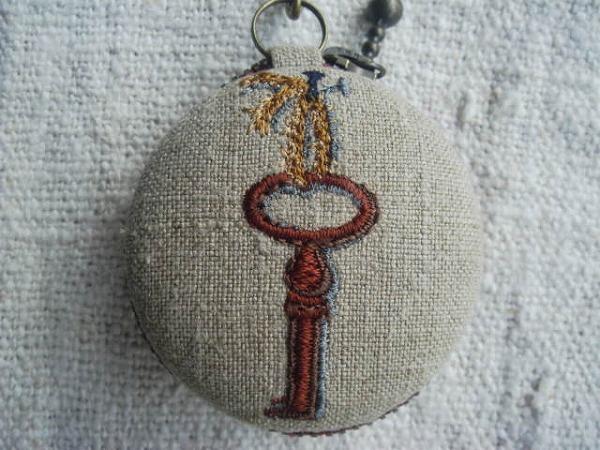 鍵とイニシャル H 刺繍 マカロン5cm コイン&アクセサリーケース ハンドメイド_画像3