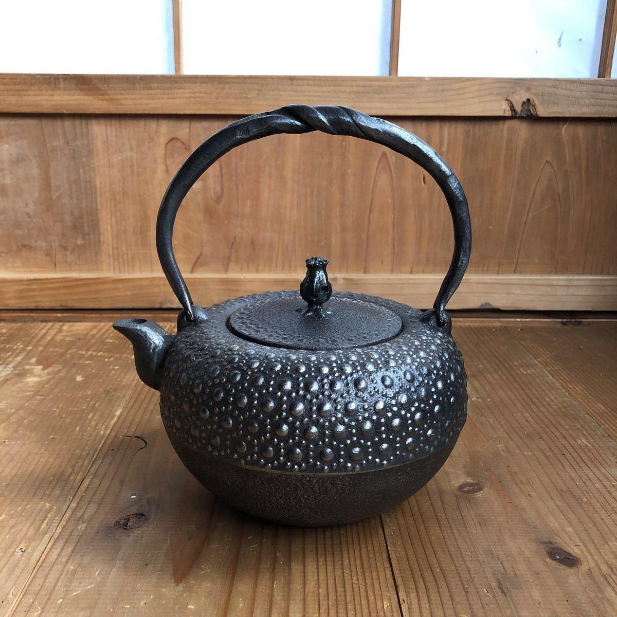 古い 南部鉄器 南部鉄瓶 岩鋳 亀甲模様 捻り持ち手 虫喰い摘み 湯沸かし 煎茶道具