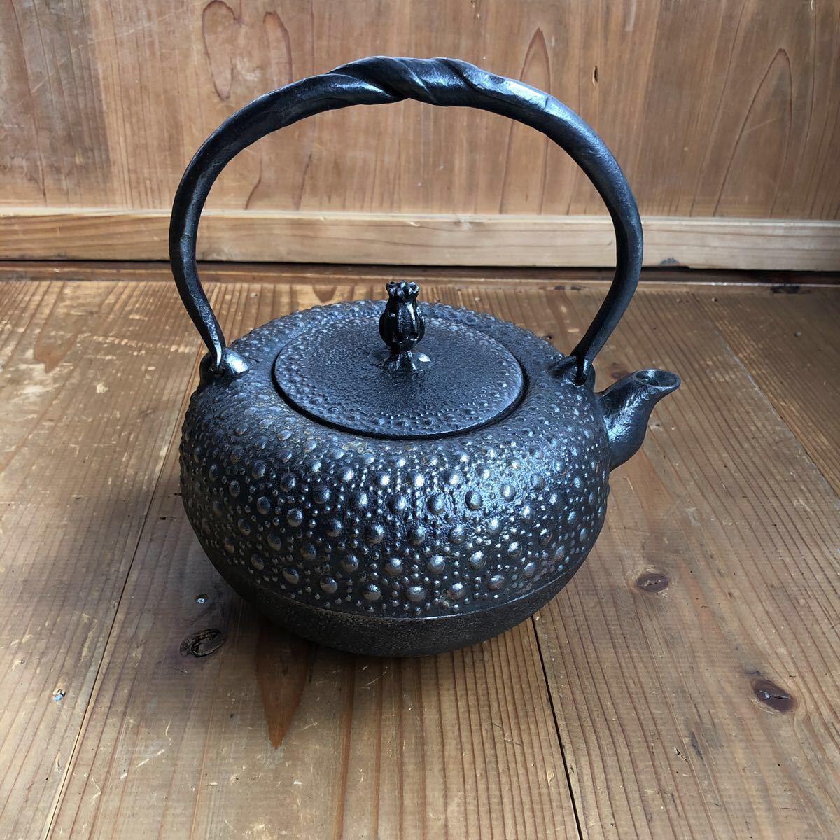古い 南部鉄器 南部鉄瓶 岩鋳 亀甲模様 捻り持ち手 虫喰い摘み 湯沸かし 煎茶道具 _画像2