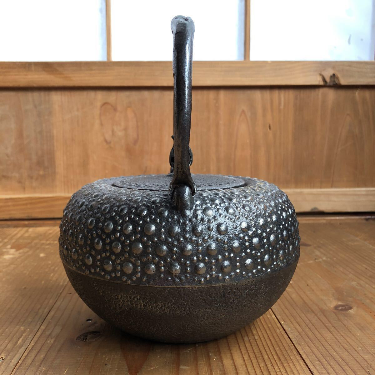 古い 南部鉄器 南部鉄瓶 岩鋳 亀甲模様 捻り持ち手 虫喰い摘み 湯沸かし 煎茶道具 _画像8