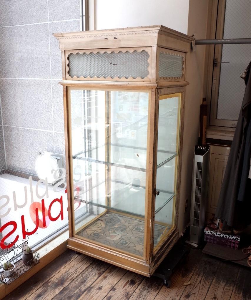 ○戦前アンティークショーケース 可愛い波型の白い枠・貴重な模様ガラスの飾り棚 照明つき 古道具のgplus 広島 1906i _画像4