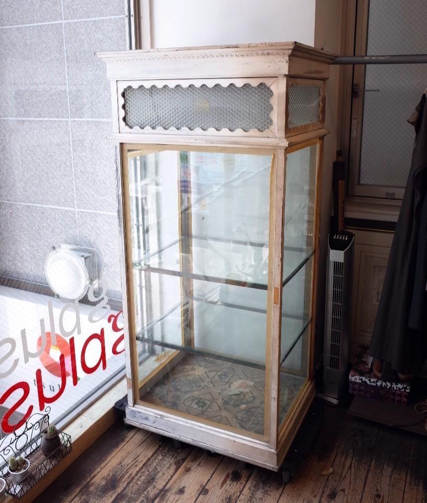 ○戦前アンティークショーケース 可愛い波型の白い枠・貴重な模様ガラスの飾り棚 照明つき 古道具のgplus 広島 1906i _画像2
