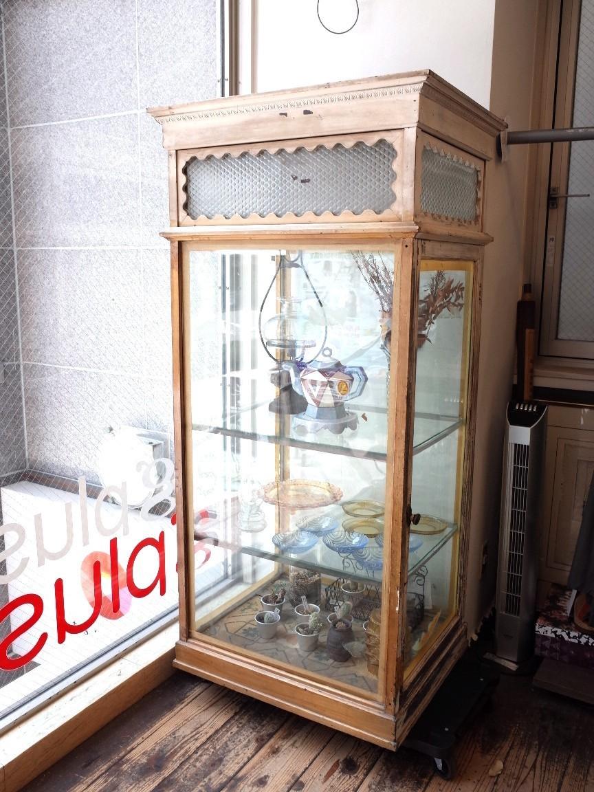 ○戦前アンティークショーケース 可愛い波型の白い枠・貴重な模様ガラスの飾り棚 照明つき 古道具のgplus 広島 1906i _画像1