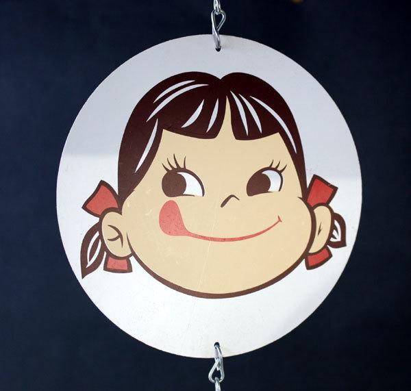 【琵琶の畔】 不二家ミルキーペコチャン・古い店頭用ディスプレイ・吊下げハンガー_画像2