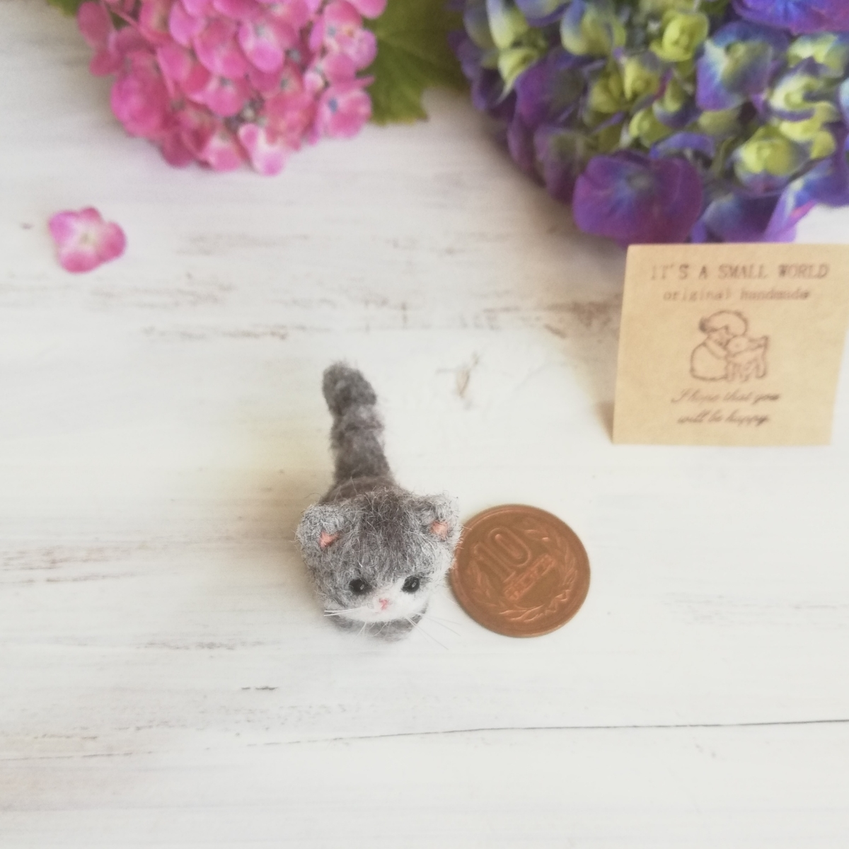 IT'S A SMALL WORLD*羊毛ミニチュア子猫・さばとら猫 お座りポーズ・レギュラーサイズ*羊毛フェルト_画像4