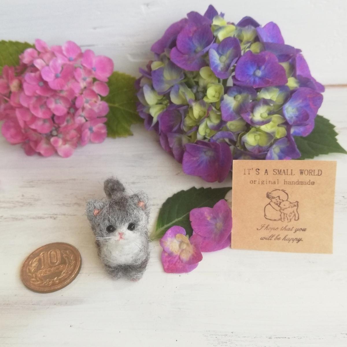 IT'S A SMALL WORLD*羊毛ミニチュア子猫・さばとら猫 お座りポーズ・レギュラーサイズ*羊毛フェルト_画像2