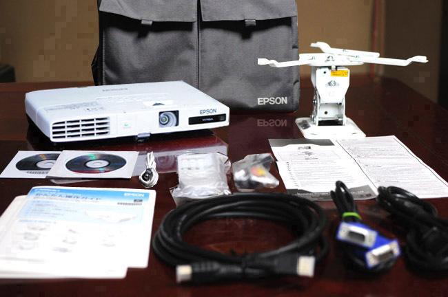 送料無料!シアターも綺麗!高輝度3000lm スリムプロジェクター EPSON EB-1775W!無線LANユニット付!使用時間少!天吊金具他セット!
