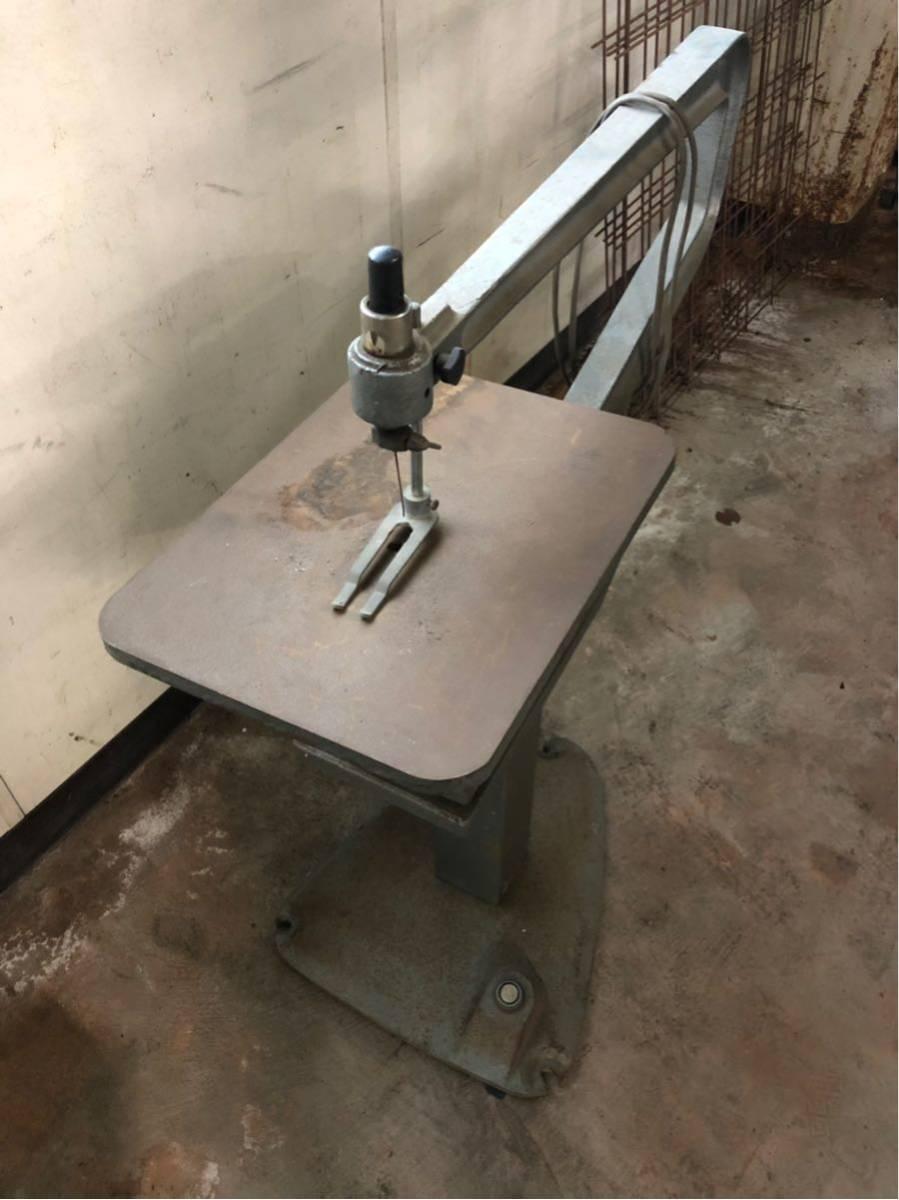糸鋸 フトコロ約70cm 切文字 工作 動作確認済 100V フットスイッチ 建具 大工 工芸 いとのこ電動工具 糸のこ盤_画像2