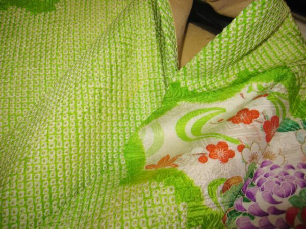 美品!赤黄緑 総絞り 振袖 刺繍 牡丹 菖蒲 菊 椿 立花 梅 綸子 中振袖 アンティーク_画像4