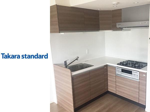 N1821【展示品/水通し有り】タカラスタンダード 木製L型システムキッチン グレーシア/人