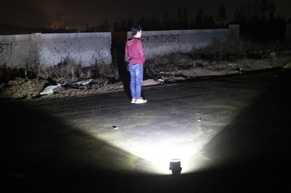 充電式 LED 投光器 50W/ワークライト 屋外照明 釣り フィッシング 作業灯 アウトドア ポータブル投光器 ライト ハンドライト 非常灯_画像6