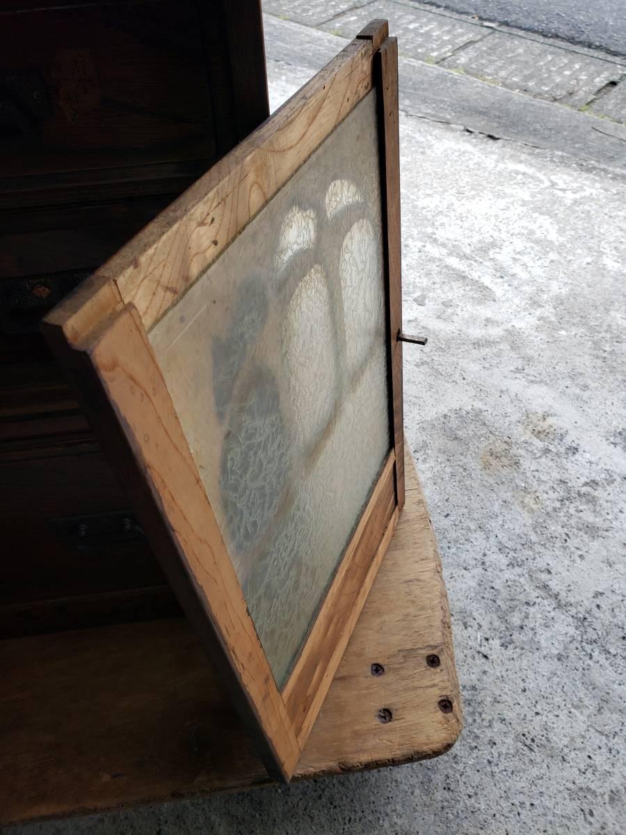 磨りガラスの引き違い扉の裏側