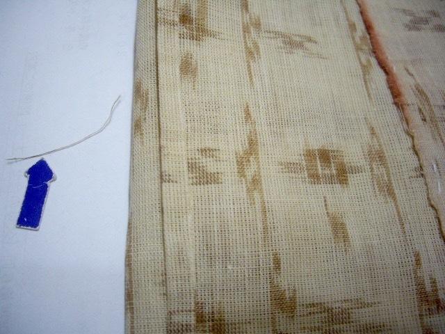 ミミのところ赤染料と左は織糸