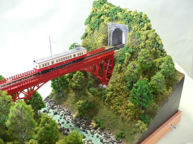 ジオラマ車両展示台  ~赤いアーチ橋~ 照明付き 28cmX43cm_画像2