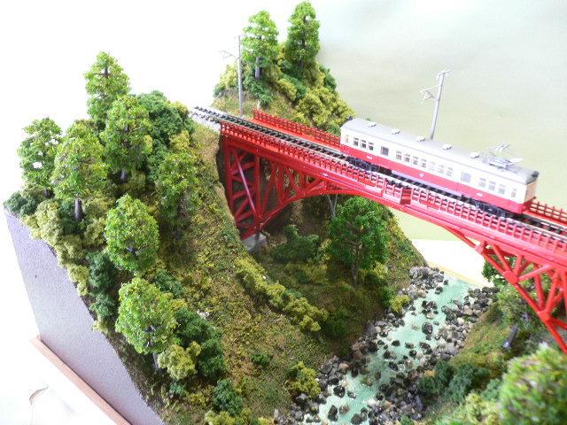 ジオラマ車両展示台  ~赤いアーチ橋~ 照明付き 28cmX43cm_画像3