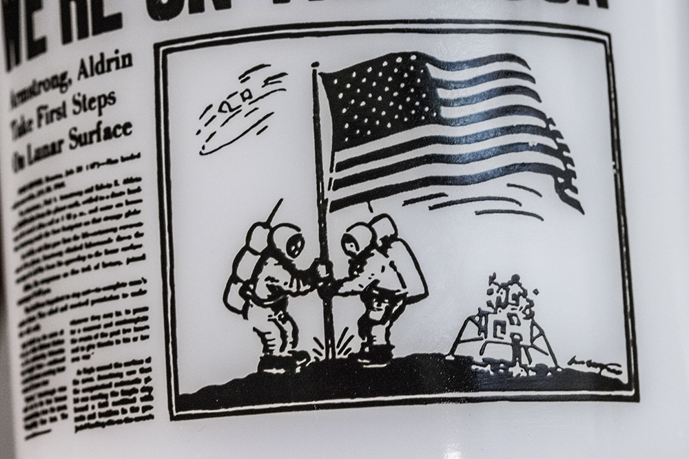 超レア! グラスベイク マグ アポロ11号 月面着陸 ムーンウォーク 新聞 耐熱 ミルクグラス コーヒー ビンテージ アメリカ製_画像4