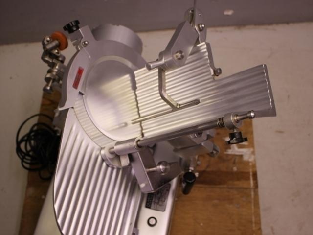 05-13389 美品 南常 ハムスライサー(焼豚スライサー) YBS-1 業務用 スライサー 電源100V ステンレス 適応温度 冷蔵 常温 加工食品 カッター_画像2