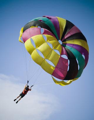 「ビーチの視線を独占!注目度200%!パラセールで空中遊覧しませんか?ジェットもOK, 2人/3人乗りもあります!」の画像1