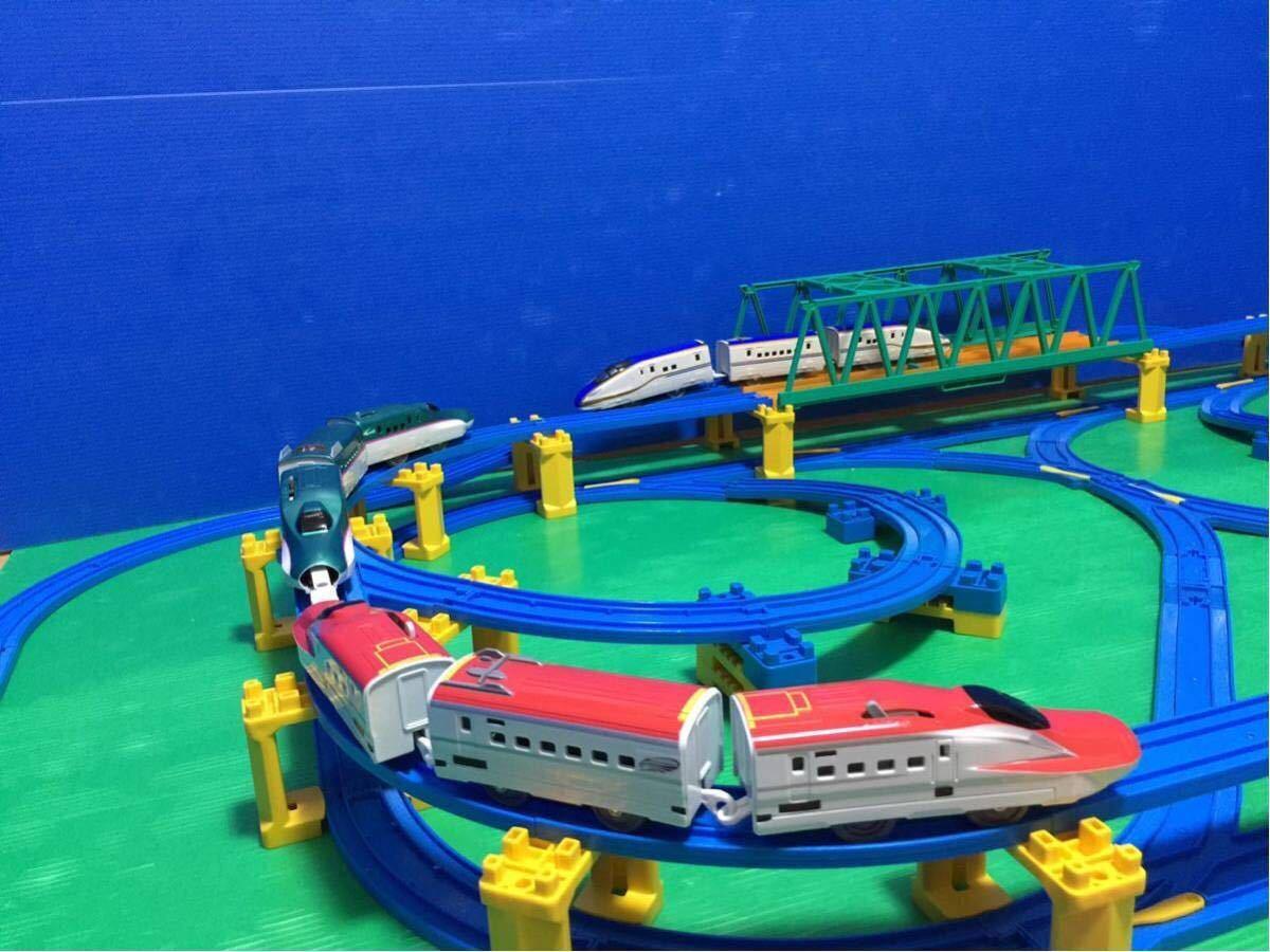 YS063 プラレール 大量 レイアウト ダブル ループ 大きな ドーム ステーション 直線 曲線 レール 背景 橋脚 新幹線 車両 駅 トンネル 車庫 _画像6