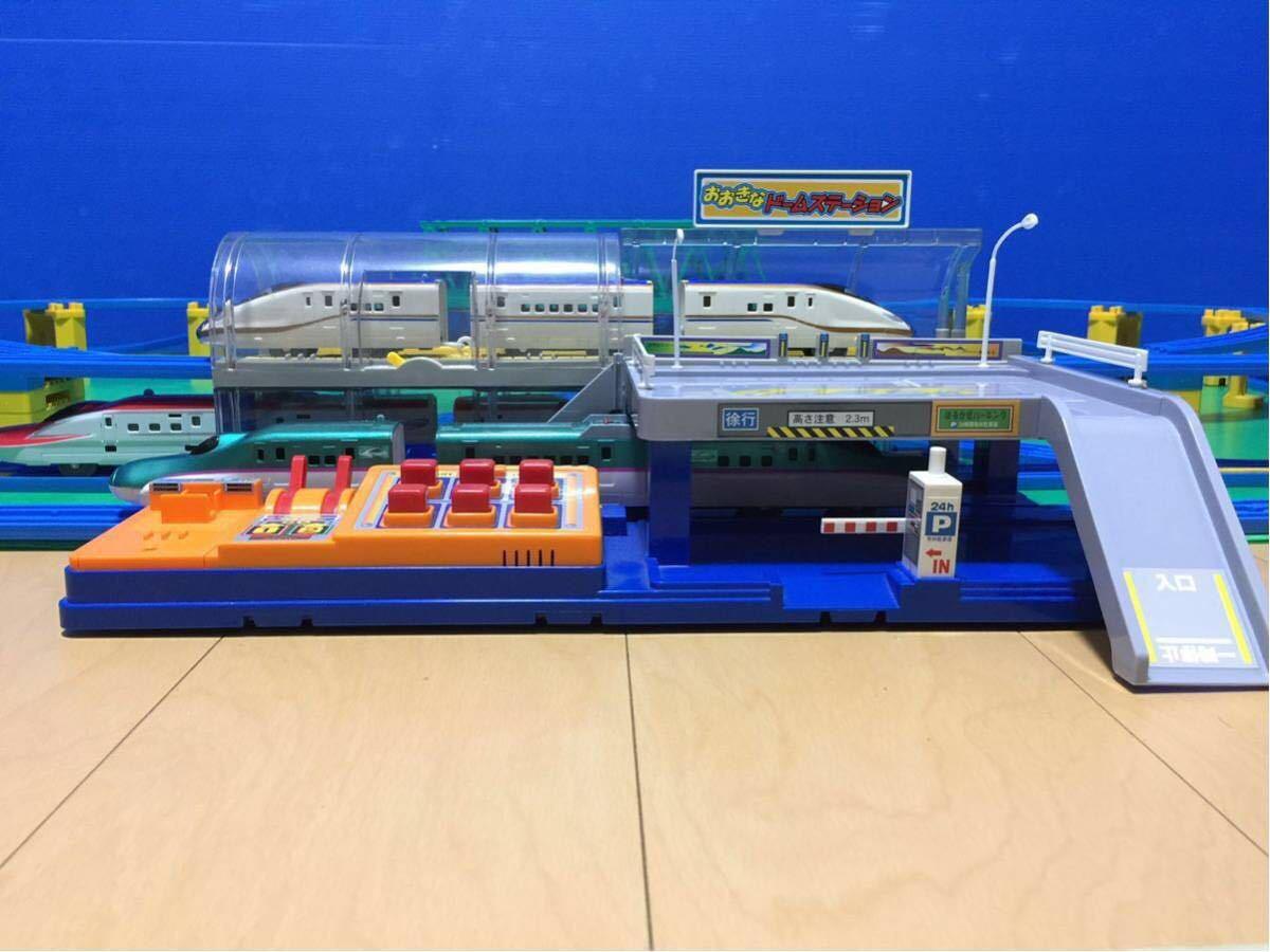 YS063 プラレール 大量 レイアウト ダブル ループ 大きな ドーム ステーション 直線 曲線 レール 背景 橋脚 新幹線 車両 駅 トンネル 車庫 _画像9